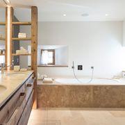 baño rústico con gran bañera