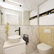 Baño sin ventana con gran espejo y muebles lacados efecto brillo