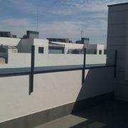 Cerramiento de una  barandilla de cristal en Madrid