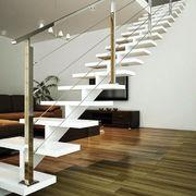 Barandilla y escaleras minimalistas con acabado a imprimación.