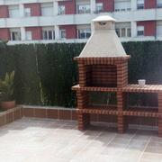 reforma integral d'un jardí en una terrassa amb barbacoa
