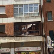 Cerramiento de balcón del primer piso en C/Pedro Martínez Gutiérrez, Albacete (frente esquina Mercadona)