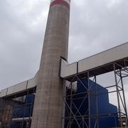 chimenea de hormigón visto de 120 m de altúra y 17 m de diámetro en el Valle deEscombreras. Cartagena.