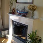 Chimenea de marmol, con hogar metalico y puerta