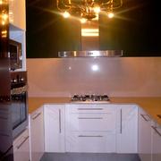cocina abierta a salón vintage con lámpara araña de anticuario
