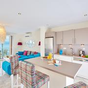Cocina abierta al salón con aire acondicionado en splits