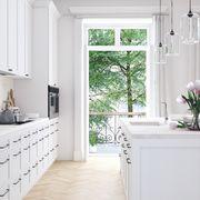 Cocina amplia con grandes ventanales y gran isla central