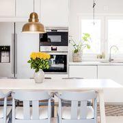 Cocina blanca con gran mesa