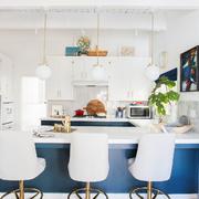 Cocina con barra azul