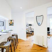 Cocina con barra y semi integrada en el salón