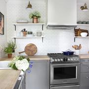 cocina con encimera de madera y baldas voladas