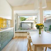 cocina con frontal de vidrio amarillo minion