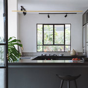 Cocina con mobiliario en negro
