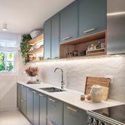 Cocina con muebles en azul