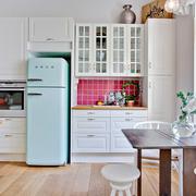 Cocina con nevera smeg de color azul cielo