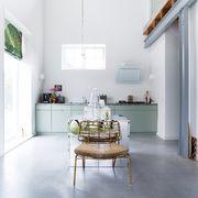 Cocina con suelo de cemento pulido