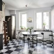 Cocina con suelo en blanco y negro