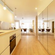 Cocina con suelo imitación madera