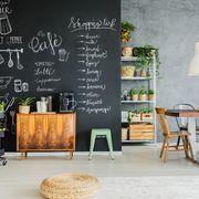 Cocina de estilo industrial con pared de pizarra