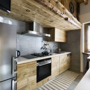 Cocina de madera con alfombra de algodón