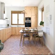 Cocina de madera y suelo de barro natural
