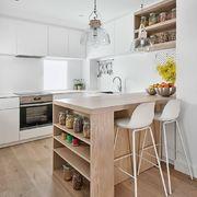 Cocina estilo nórdico con barra madera