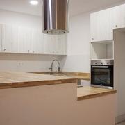 Cocina moderna con bancada de madera