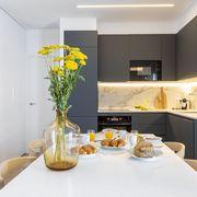 Cocina moderna con flores silvestres