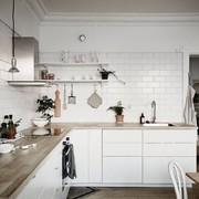 Cocina nórdica con encimera de madera