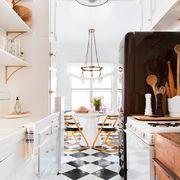 Cocina reformada con muebles blancos y detalles dorados