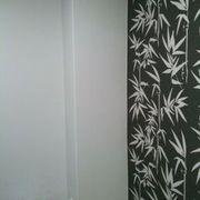 Combinación de papel pintado con paredes en color.