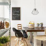 Comedor de estilo contemporáneo con estantes y botes para comida