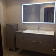 Conjunto de mueble y auxiliares con espejo con luz integrada