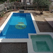Piscina con SPA climatizado integrado.