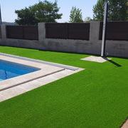 Construcción de piscina e instalación de cesped artificial