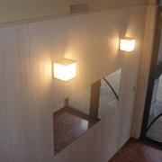 Detalle de las modernas lámparas con forma de cubo.