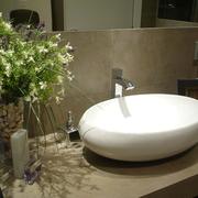 detalle de lavabo sobre encimera de obra volada a medida y revestida mismo material paredes