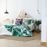 Dormitorio con alfombras de tejido natural