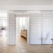 dormitorio con armario de persianas