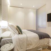 Dormitorio con armario empotrado blanco con puertas correderas.