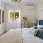 Dormitorio con armario empotrado clásico