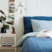 Dormitorio con cama sin cabecero y colchón de IKEA
