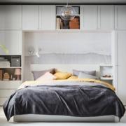 Dormitorio con colchón y mobiliario de IKEA