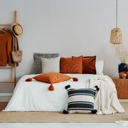 Dormitorio con detalles de mimbre