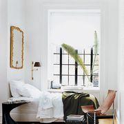Dormitorio con espejo de cuero y metal