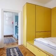 dormitorio con mobiliario de madera lacada