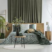 Dormitorio con plantas y textiles estampados