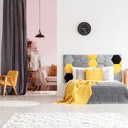 Dormitorio en tonos gris y amarillo