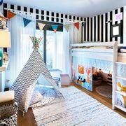 Dormitorio infantil con cama en alto y tipi