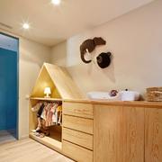 Dormitorio infantil con mueble de abeto